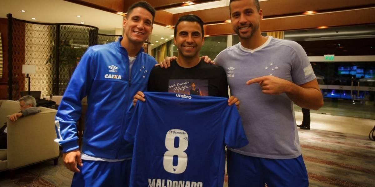 Claudio Maldonado emocionó al plantel de Cruzeiro con sorpresiva visita antes de enfrentar a la U