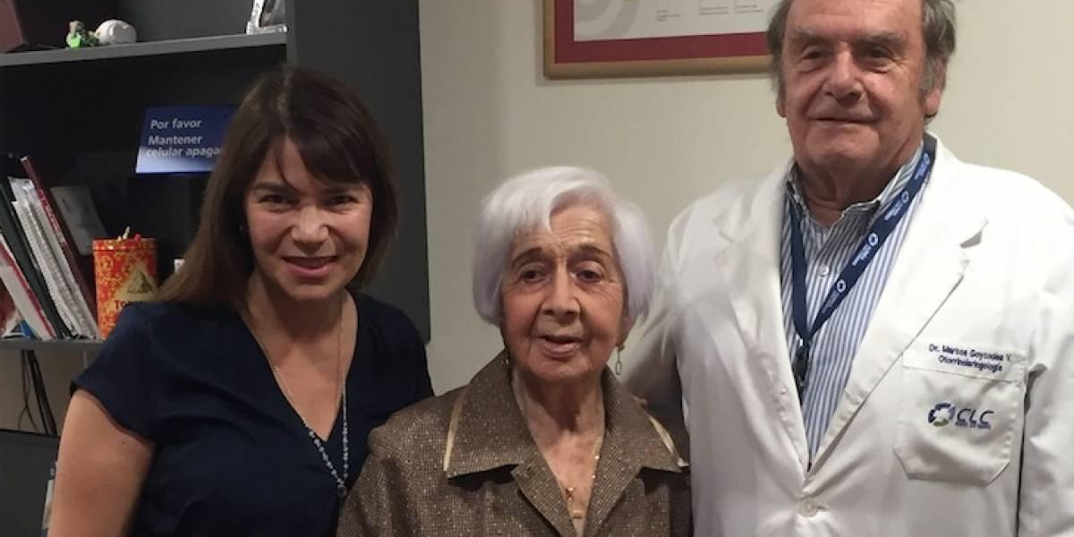 Mujer de 98 volvió a escuchar tras 20 años con hipoacusia severa
