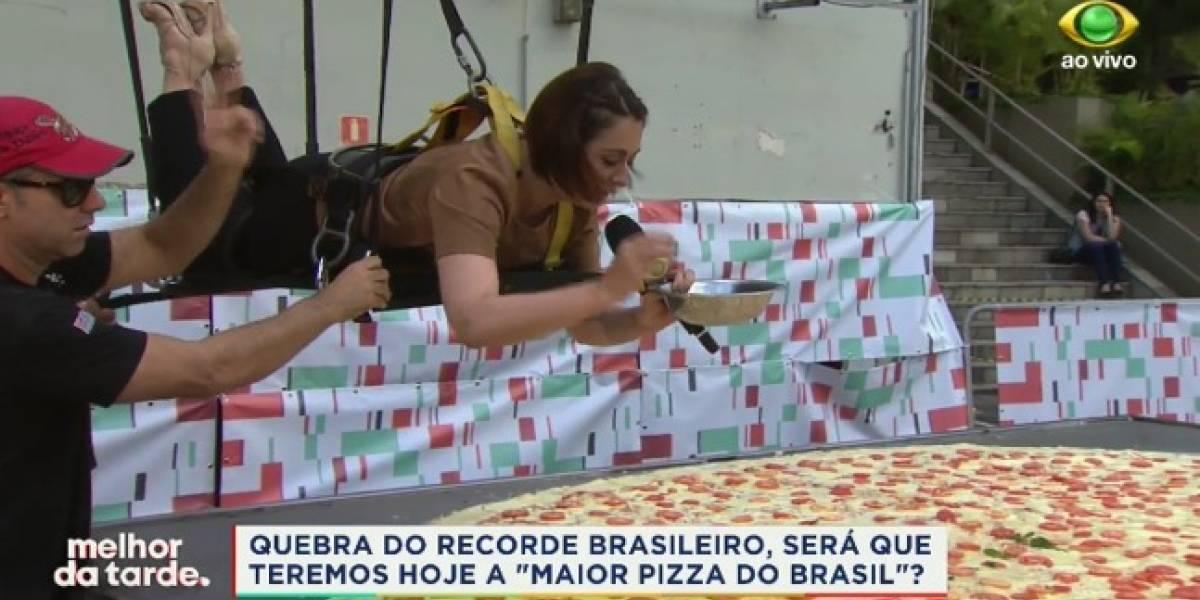 Içada, Cátia Fonseca ajuda na produção da maior pizza do Brasil; assista