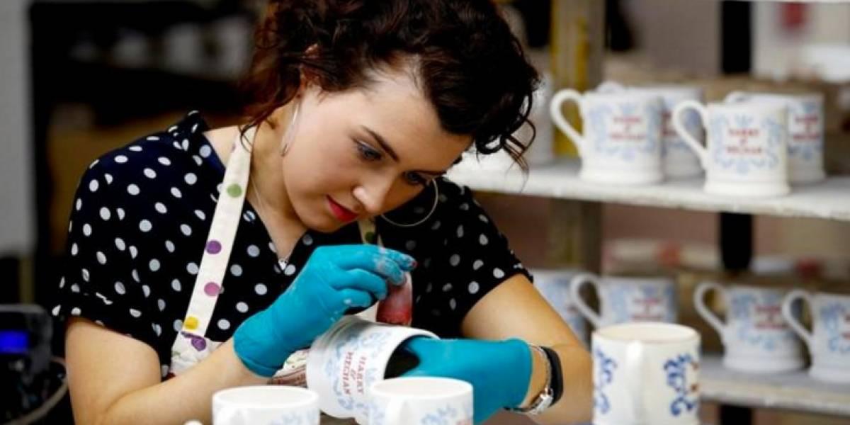 Fábrica de cerâmica produz canecas comemorativas para casamento de príncipe Harry e Meghan