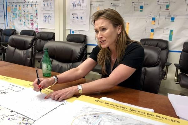 La secretaria del DE, Julia Keleher, habla sobre el proceso de cierre de escuelas y reubicación de maestros y estudiantes. / Foto: David Cordero Mercado