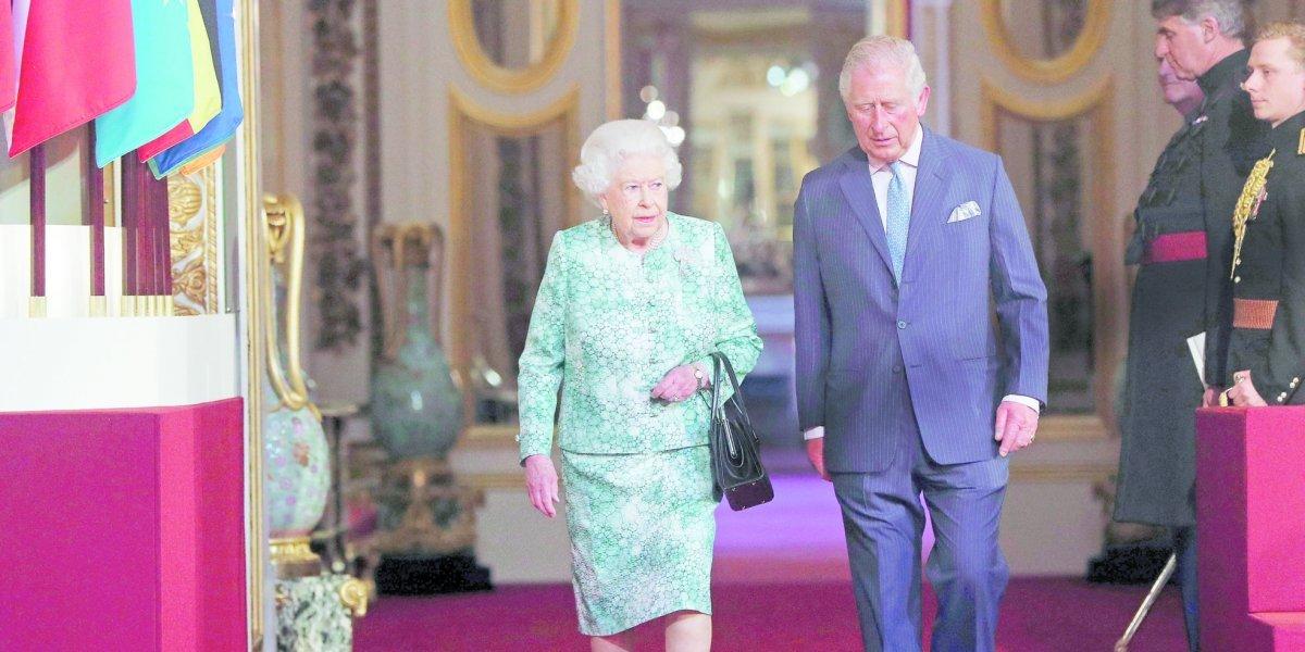 La reina Isabel II intenta asegurar el puesto de Carlos en la Commonwealth