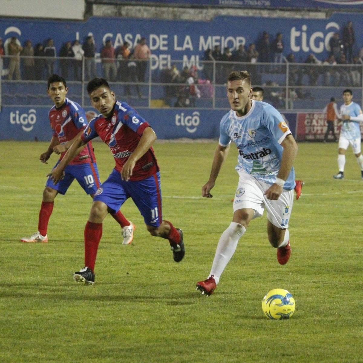 El argentino Cristian Hernández en un duelo contra Xela