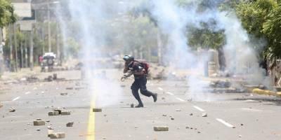 La policía en Nicaragua dice que hasta ahora un oficial de policía, un manifestante y un activista progubernamental han sido asesinados en enfrentamientos provocados por una reforma planificada de seguridad social