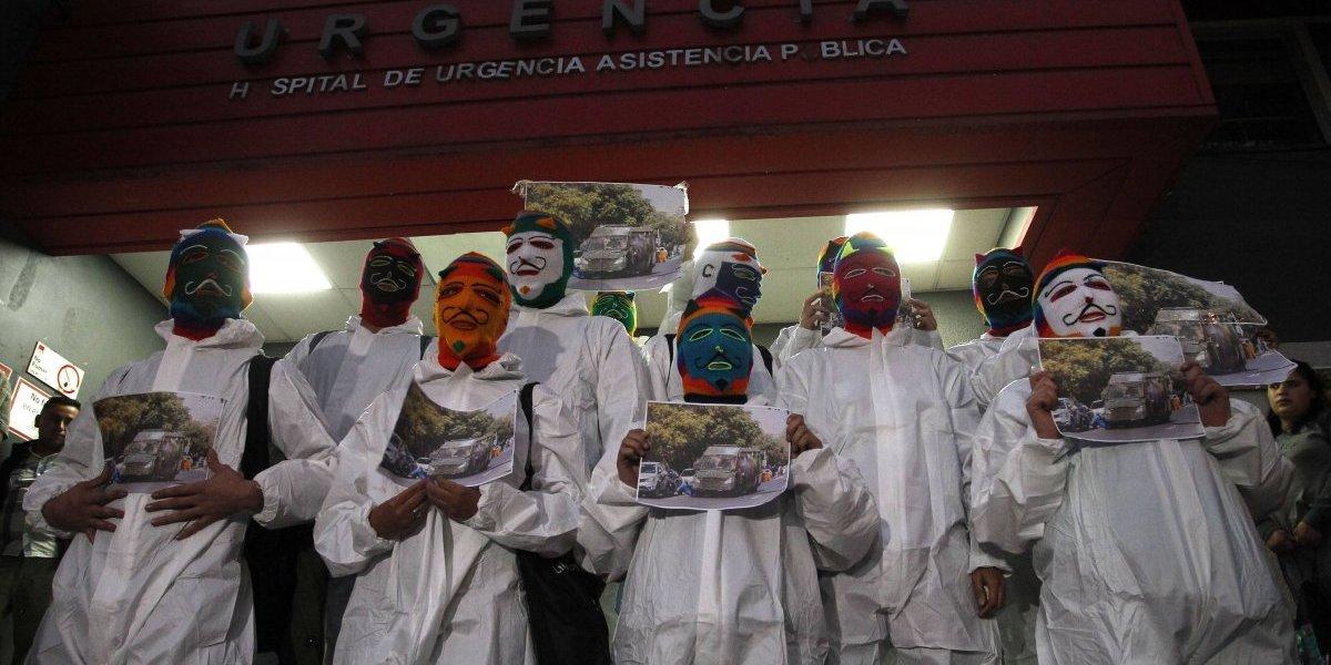 Estudiantes de la Arcis se manifiestan a las afueras de la Posta Central en apoyo a Cristian García