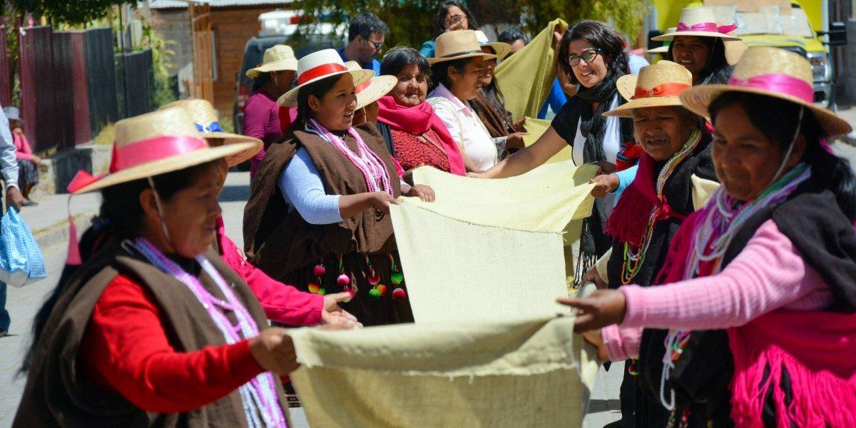 Mide 402,2 metros de largo: emprendedoras de Tarapacá tejieron el chal más grande del mundo con hierbas locales