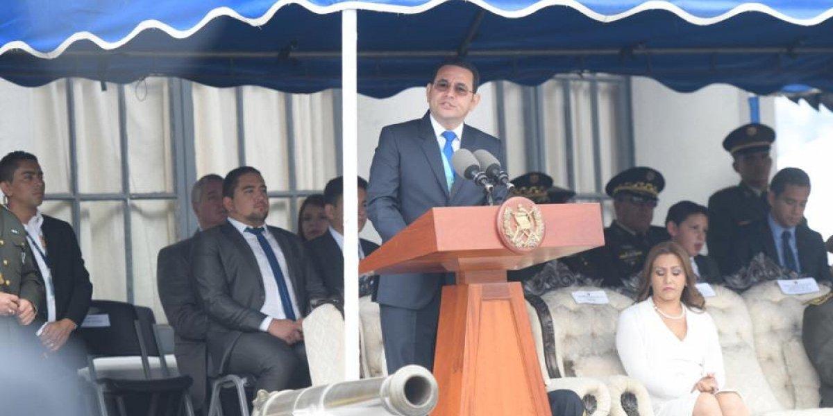 Acuerpado del Ejército, Jimmy Morales se defiende y arremete contra el MP y CICIG