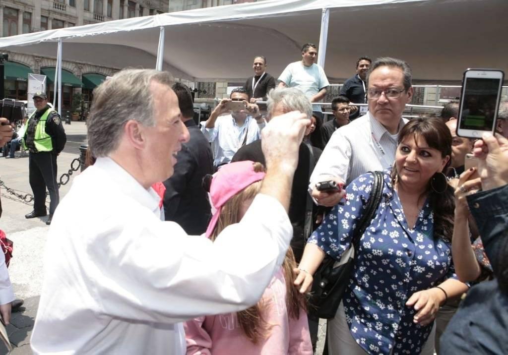 Arriba Meade al Palacio de Minería previo al debate presidencial