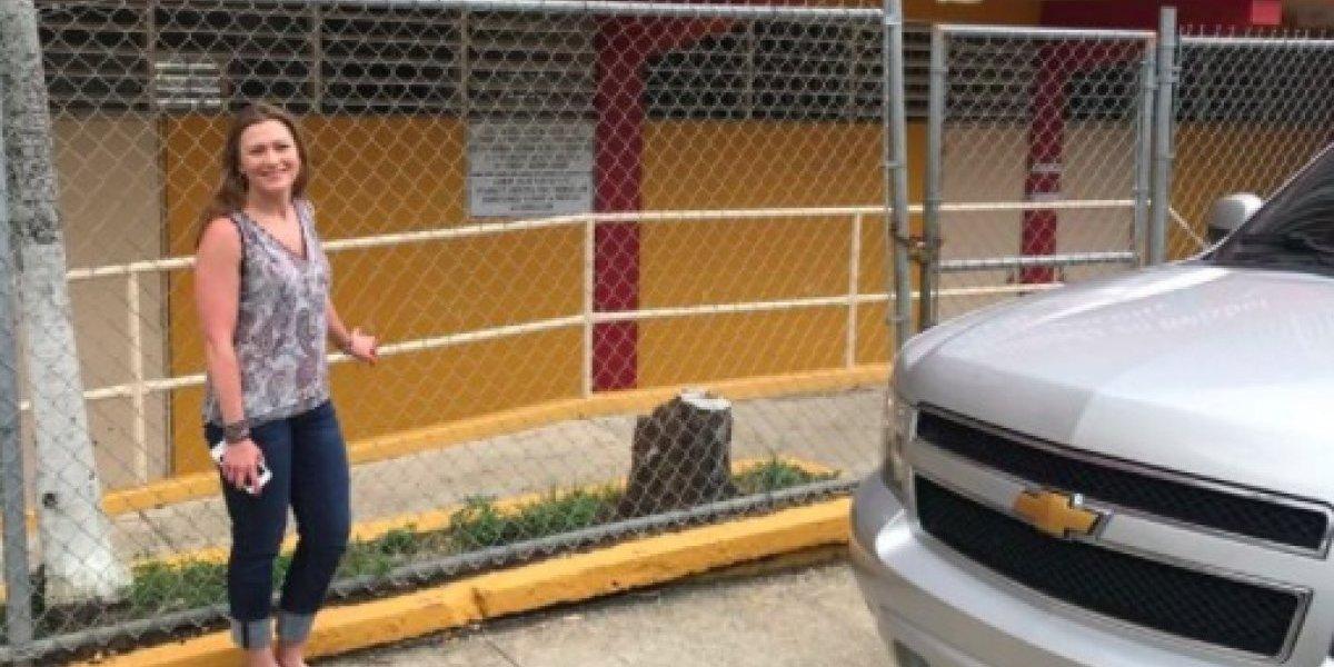 Keleher visita escuela especializada de béisbol que cerraría