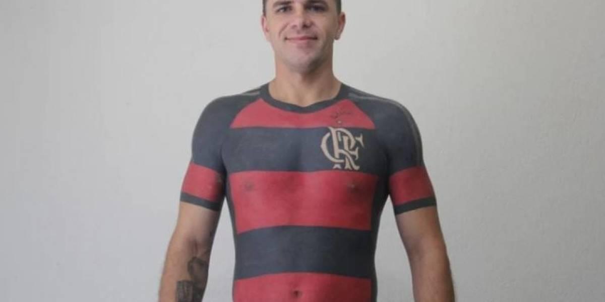 Torcedor tatua camisa do Flamengo no corpo em tamanho real
