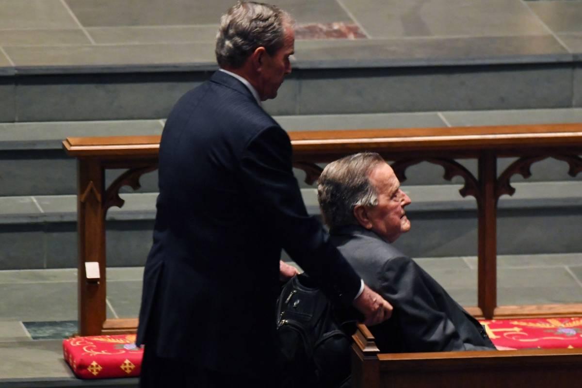 El ex presidente George Bush (padre) fue apoyado por su hijo, el también ex presidente George W. Bush Foto: Getty Images