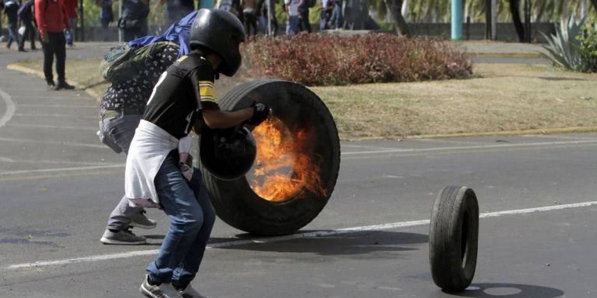 Presidente de Nicaragua busca diálogo tras protestas que dejan unos 10 muertos