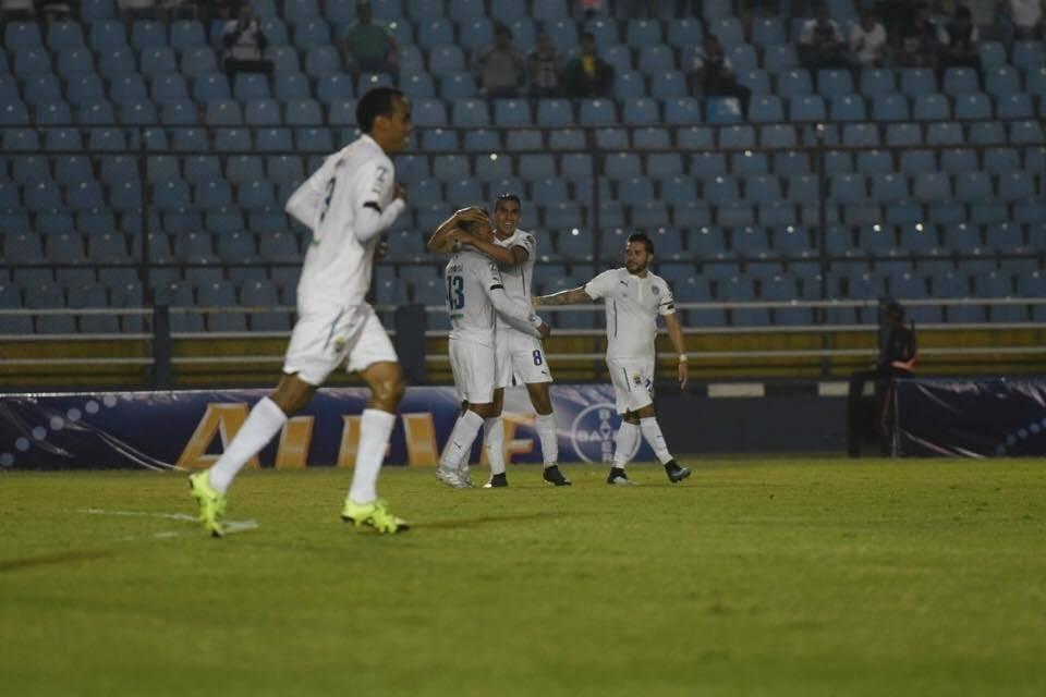 Isaac Acuña celebra su segundo gol del juego