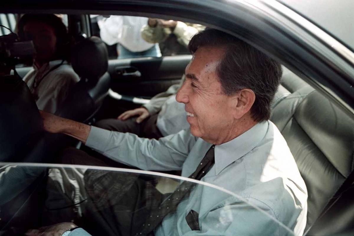El candidato del PRD Cuauhtémoc Cárdenas a su llegada al WTC donde reviso el sonido, iluminacion y colocación que utilizó durante el debate presidencial de abril del año 2000. Foto: Cuartoscuro