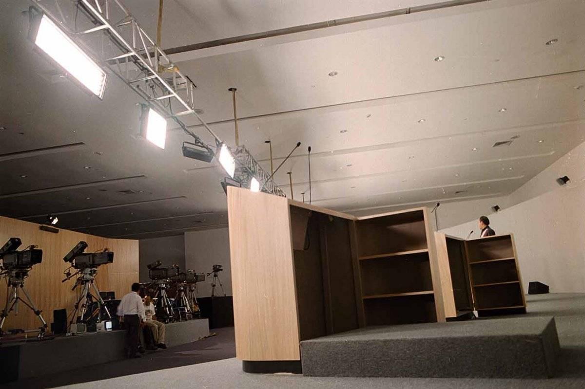 Podium utilizado por Francisco Labastida que tenía una altura de 30 centímetros aproximada. Fue usado para que los candidatos presidenciables se vieran a la misma estatura Foto: Cuartoscuro