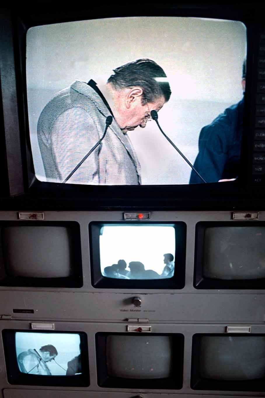 Gilberto Rincón Gallardo en el sistema de video del World Trade Center, mientras observa las instalaciones que se usarían para el debate presidencial. Fue candidato por el Partido Democracia Social Foto: Cuartoscuro