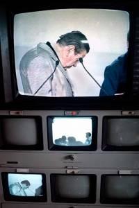Gilberto Rincón Gallardo en el sistema de video del World Trade Center, mientras observa las instalaciones que se usarían para el debate presidencial. Fue candidato por el Partido Democracia Social