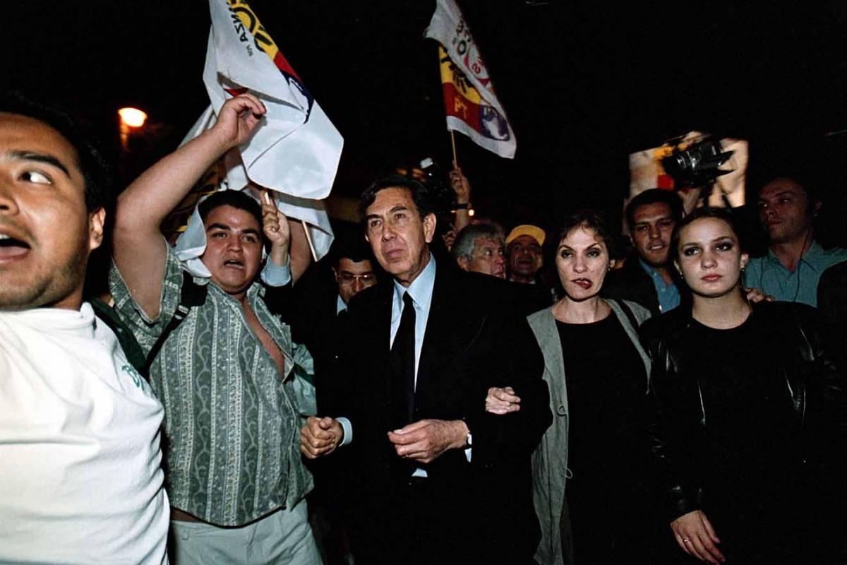 Cuauhtémoc Cárdenas y su familia asistieron al Hemiciclo a Juárez, donde los recibieron cientos de personas que observaron el debate a través de una pantalla gigante Foto: Cuartoscuro