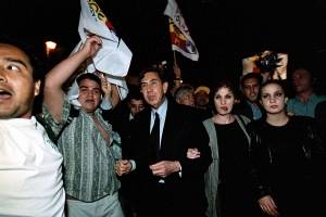 Cuauhtémoc Cárdenas y su familia asistieron al Hemiciclo a Juárez, donde los recibieron cientos de personas que observaron el debate a través de una pantalla gigante