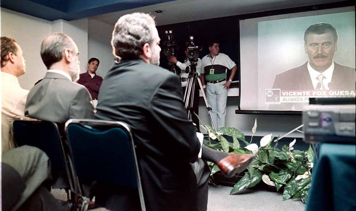 Diego Fernández de Cevallos (centro) observa el discurso de Vicente Fox en el debate de los seis presidenciales. Lo acompañan José Luis Luege y Santiago Creel. Foto: Cuartoscuro
