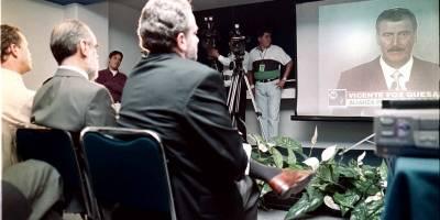 Diego Fernández de Cevallos (centro) observa el discurso de Vicente Fox en el debate de los seis presidenciales. Lo acompañan José Luis Luege y Santiago Creel.