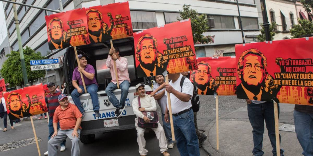Detractores y afines a AMLO se enfrentan en Eje Central previo al debate