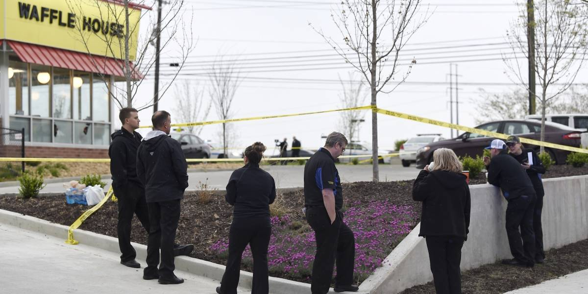 Hombre desnudo dispara contra comensales en restaurante de EU; hay al menos 4 muertos