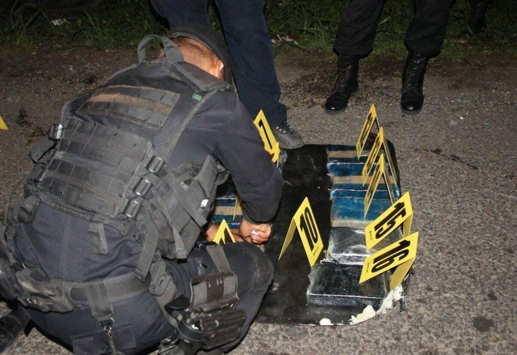Los agentes revisan cada paquete encontrado en el vehículo.