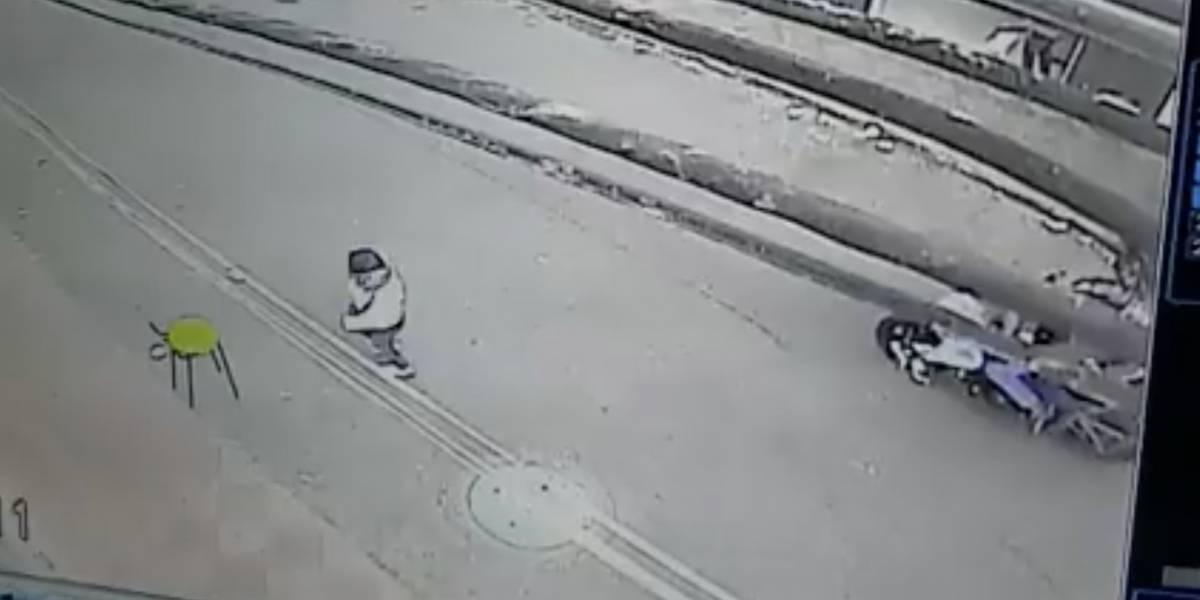 Video: Por hacer maniobras peligrosas este motociclista terminó atropellando a una mujer