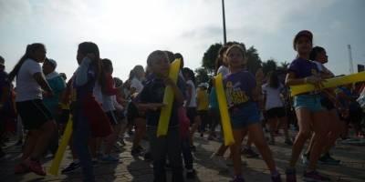 Niños participan en la carrera Arcoíris