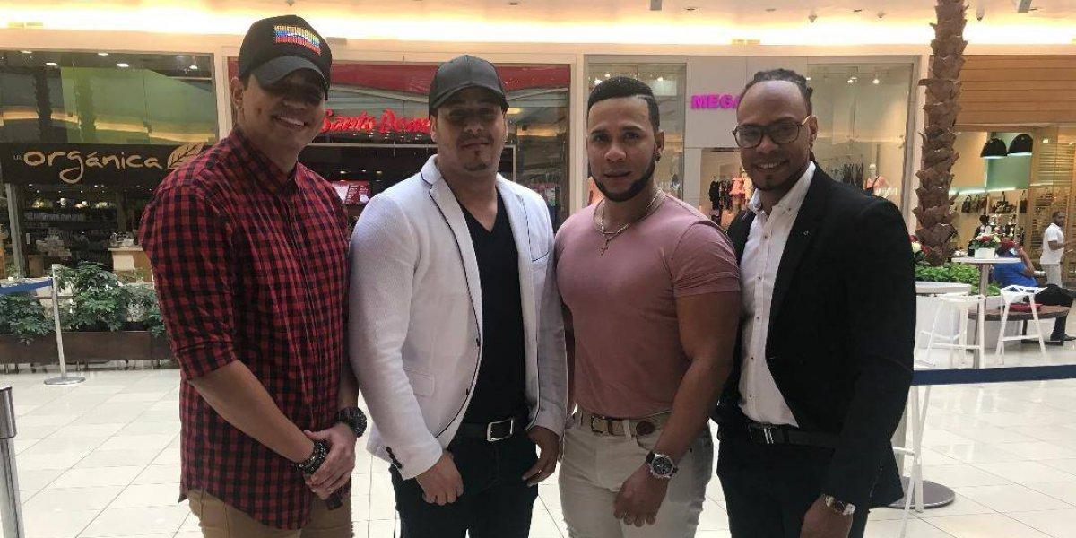 Chiquito Team Band firma autógrafos a sus fans en Ágora Mall