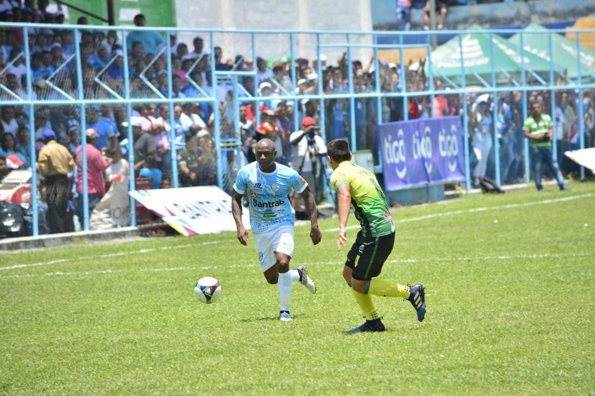 Nestor Martínez Norales conduce el balón