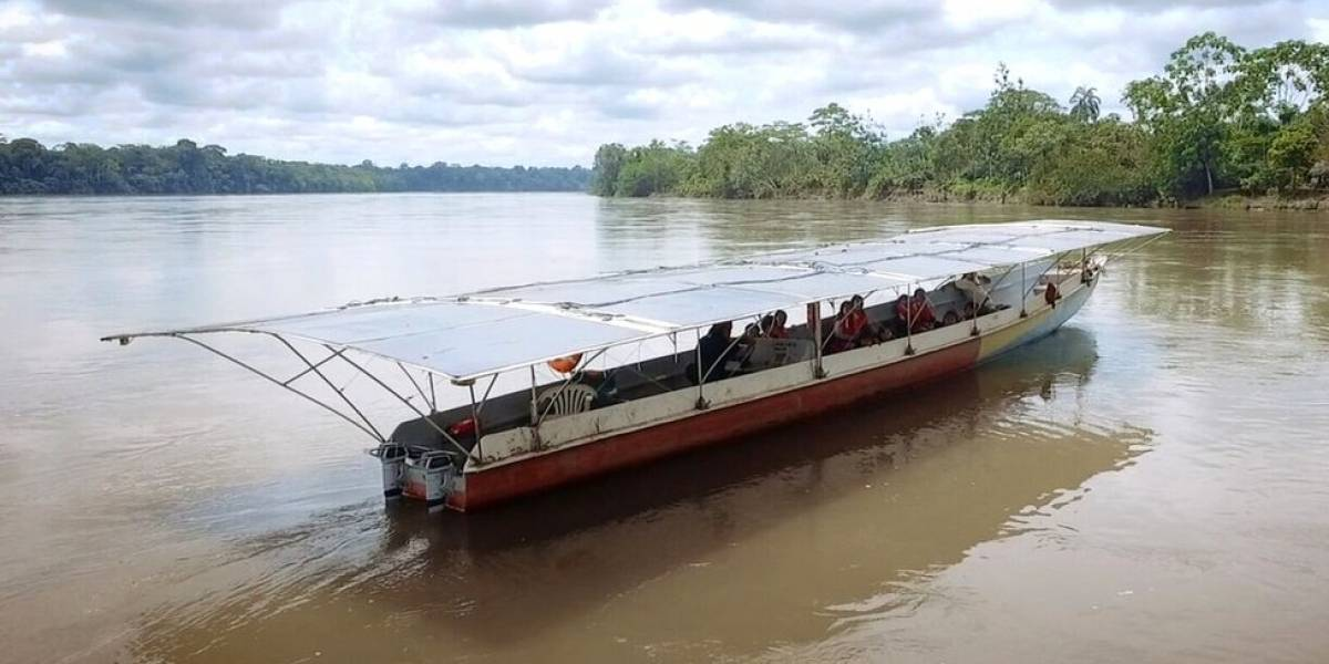 A canoa solar na Amazônia que ajuda comunidades a navegar sem gasolina pela selva