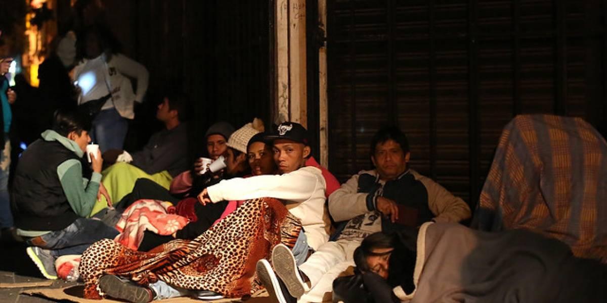 Cientos de migrantes pasaron la noche en estadio Víctor Jara para regularizar situación