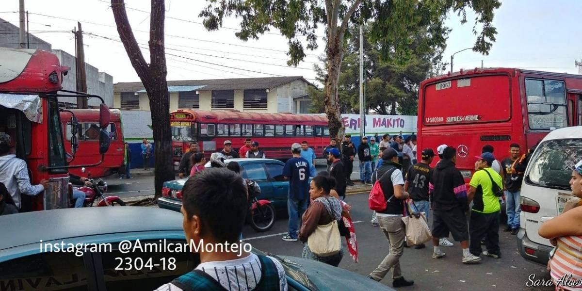 Pilotos de autobuses bloquean el Periférico para exigir seguridad