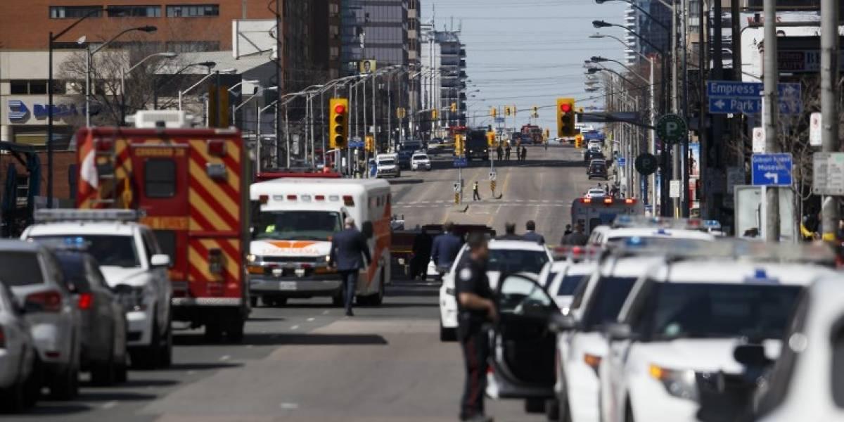 Camioneta atropella a una decena de peatones en Toronto