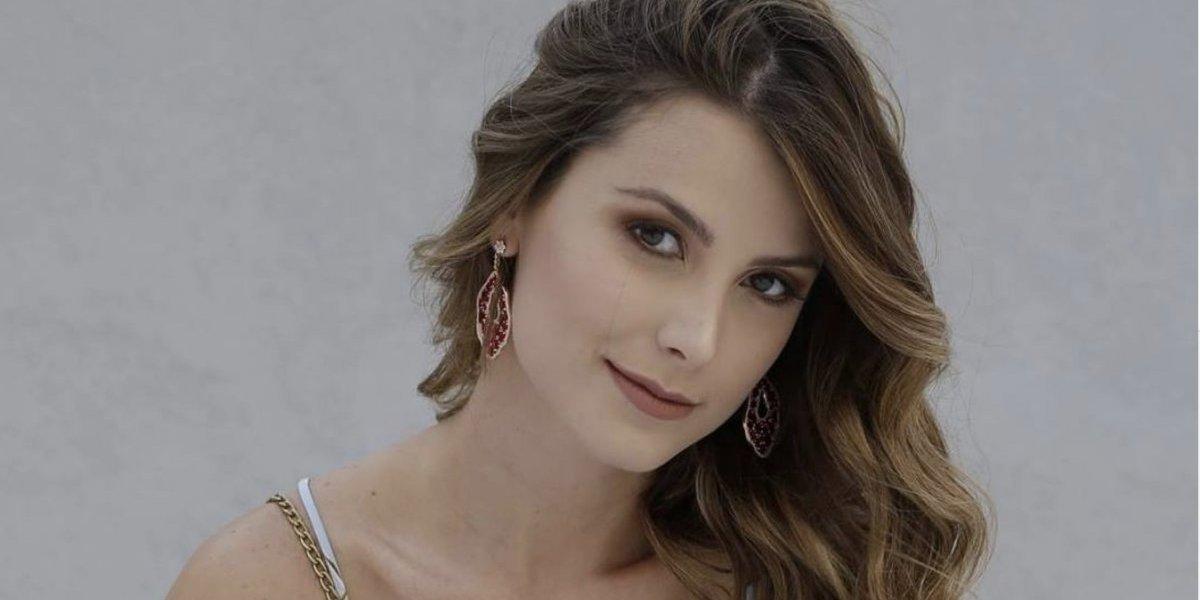 Miss Universo 2009 presume y elogia bolsas hechas por guatemaltecas