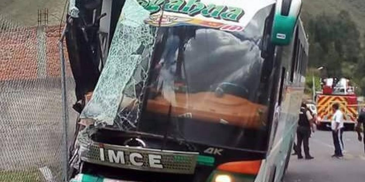 Un bebé murió y 26 personas resultaron heridas tras accidente de tránsito en Cayambe