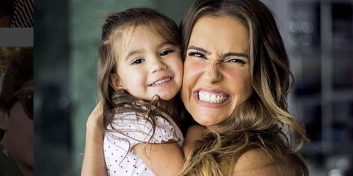 Sem frescura: Deborah Secco diz que leva a filha para a escola de ônibus