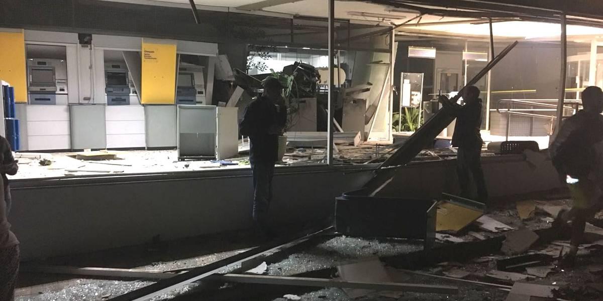 Bandidos explodem caixas eletrônicos em dois bancos no interior de SP