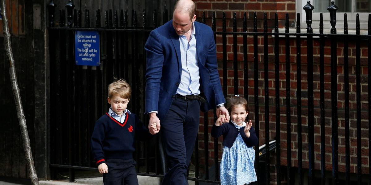 Fofos! Príncipe George e Princesa Charlotte acenam animados antes de conhecer o irmãozinho