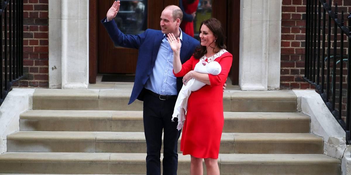 FOTOS: Kate Middleton e Príncipe William deixam hospital com terceiro bebê real