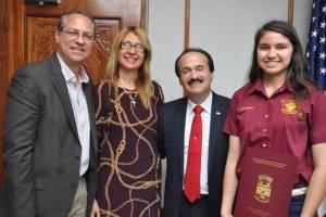 Alcalde de Mayagüez reconoce a estudiante del Croem con mayor puntuación de la isla en el College Board