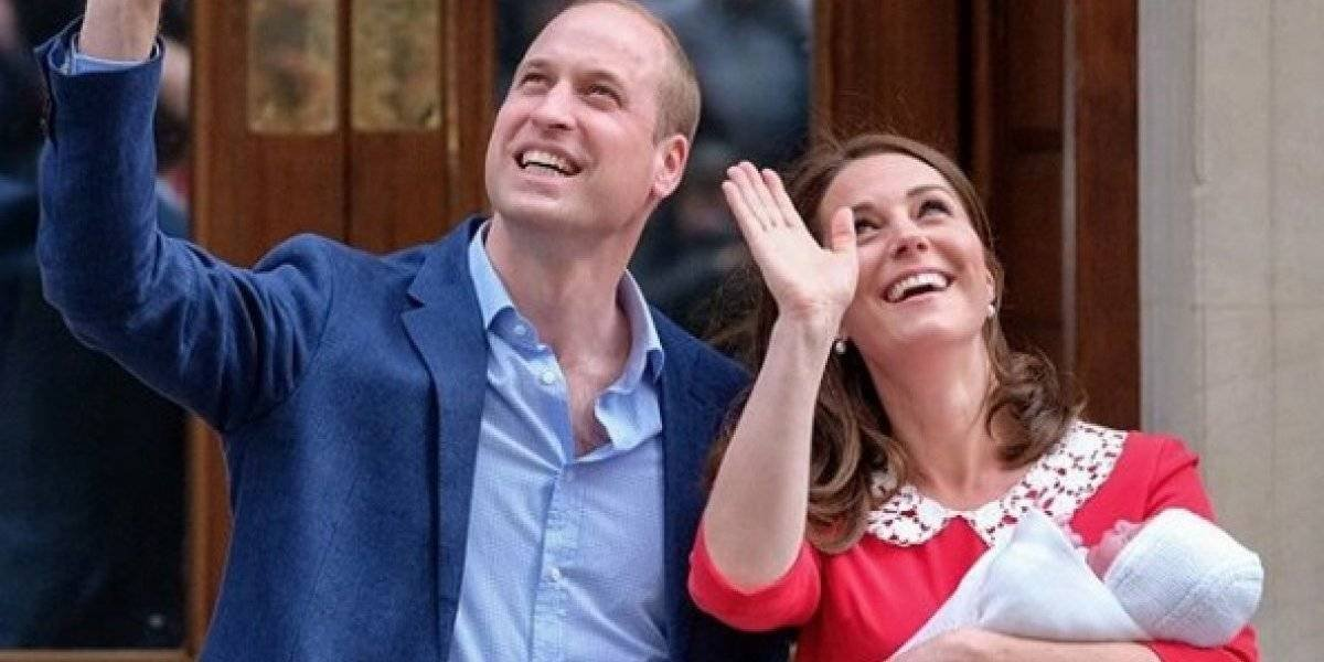 Príncipe William y Kate Middleton muestran a su recién nacido