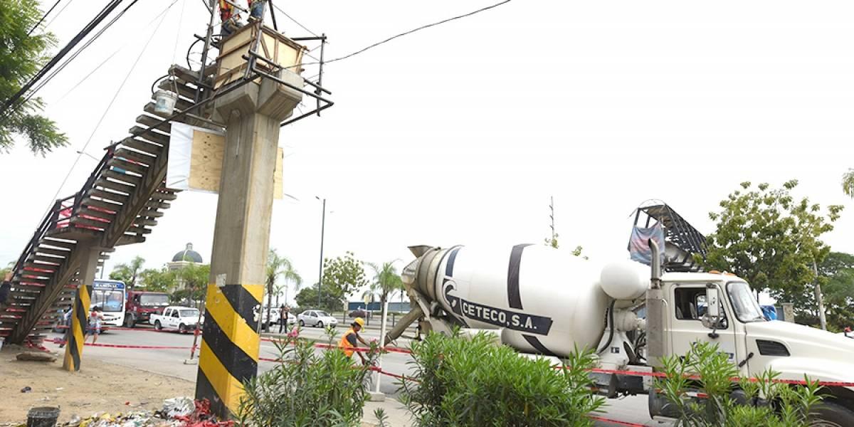 Inicia reconstrucción de paso peatonal elevado que fue derribado por volquete en Guayaquil