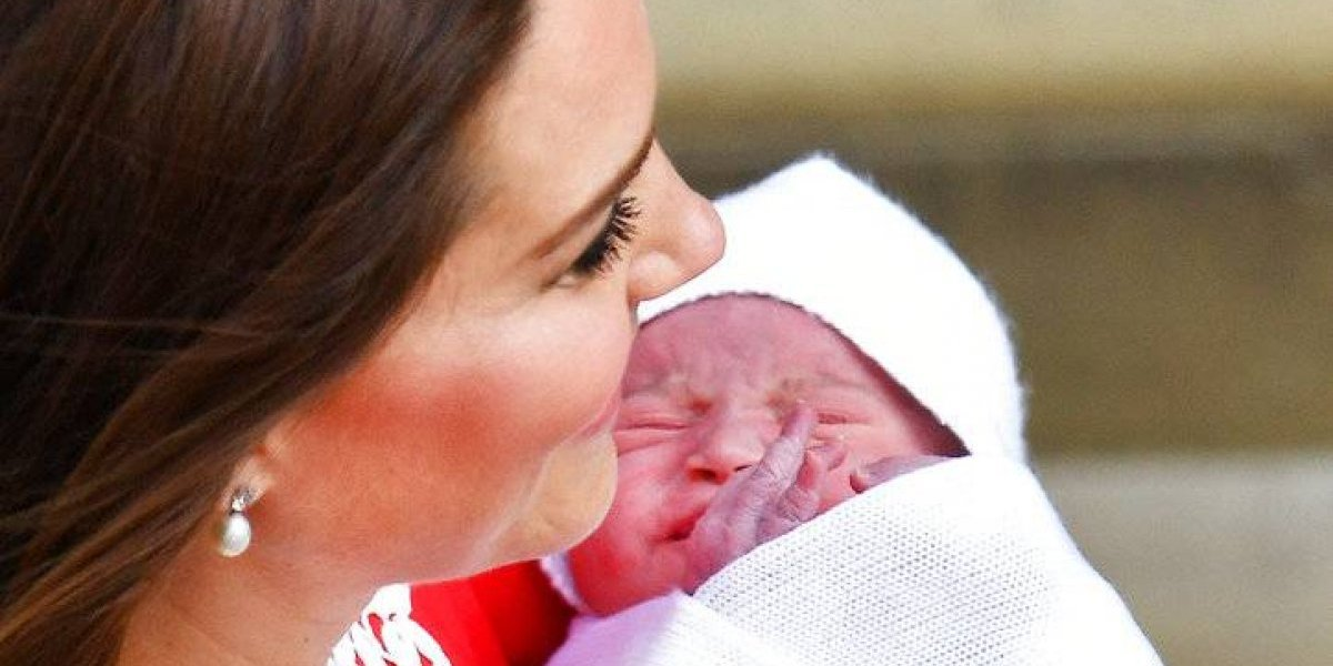 Eufórico el príncipe Carlos con su nuevo nieto