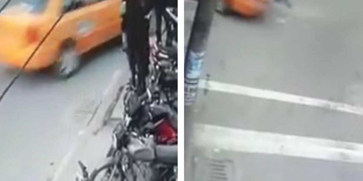 Revelan el momento exacto en el que taxista arrastra a motociclista por varias cuadras en Bogotá