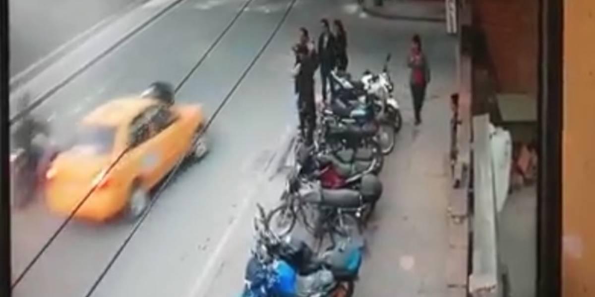 ¡Impactante! Taxi arrastra por varias cuadras a un motociclista