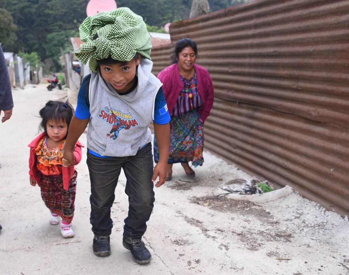 El pequeño cilcista al momento de salir de casa acompañado de su mamá y su hermana
