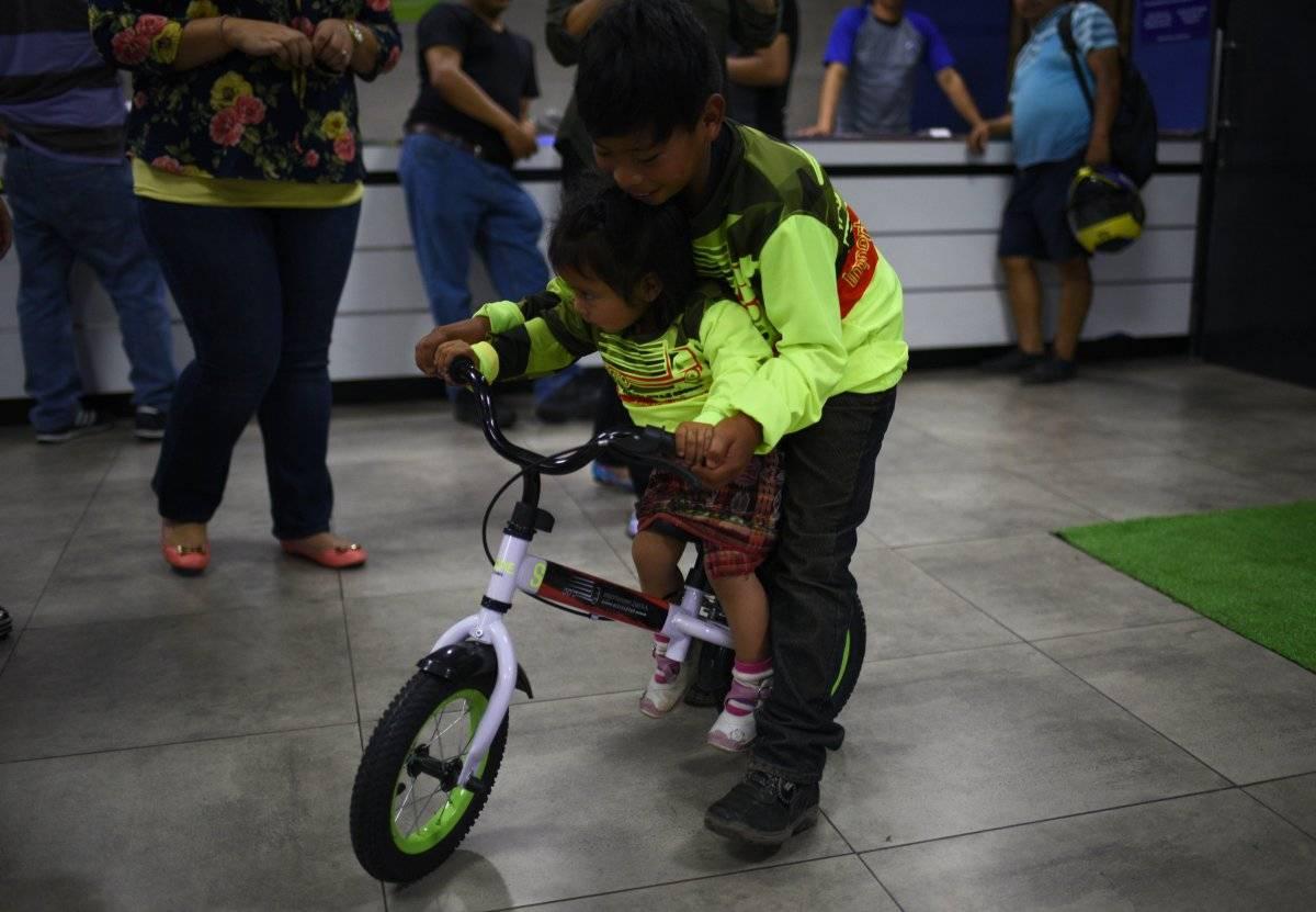 Su hermanita Jenny también recibió su bicicleta